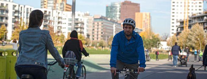 Radfahrende im Park am Gleisdreieck Berlin