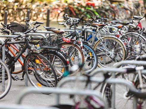geparkte Fahrräder an Fahrradbügeln