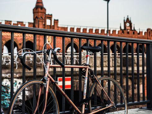 Angeschlossenes Fahrrad an Brücke in Berlin