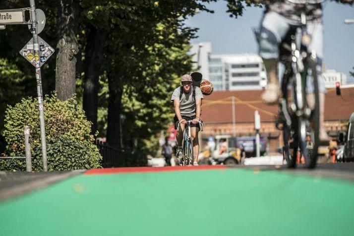 Radfahrer auf grünbeschichtetem Radweg