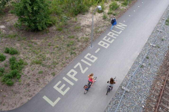 Radfahrer von oben auf Radfernweg Berlin-Leipzig
