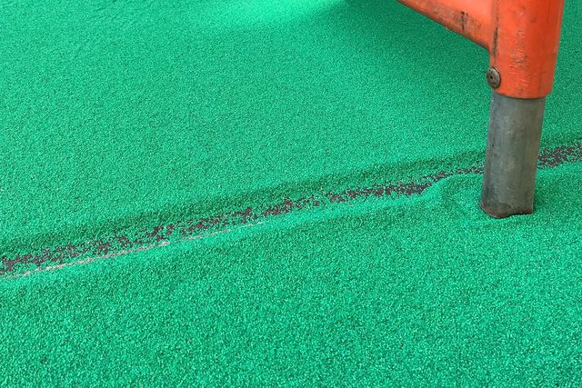 Überschüssig aufgetragener Quarzsand für grüne Radwege