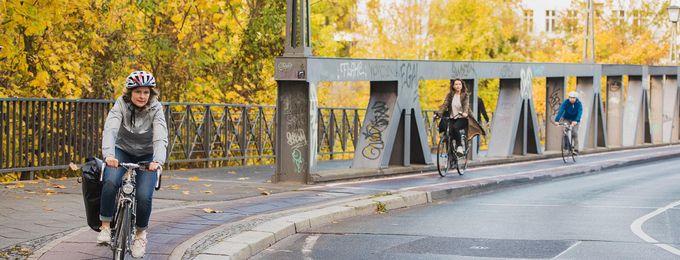 Radfahrende auf Bruecke in Berlin Schoeneberg