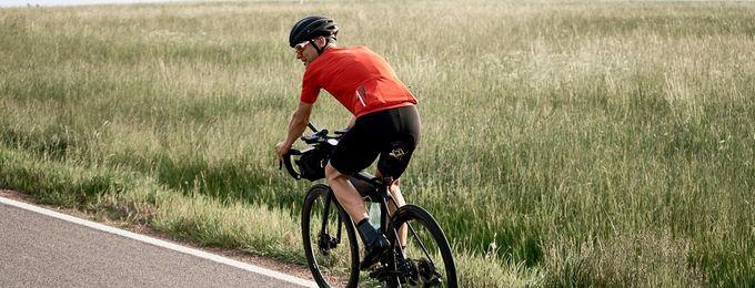 Rennradfahrer fährt über Landstraße