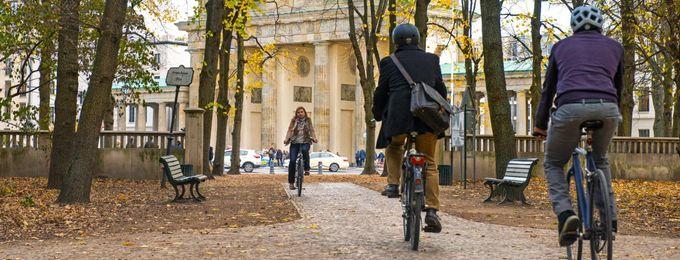 Radfahrende im Tiergarten in Berlin