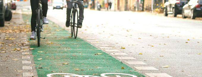 Radfahrende auf grünem Farbstreifen Katzbachstr.