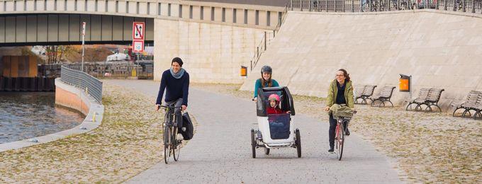 Drei Radfahrende auf Radweg Nähe Hauptbahnhof