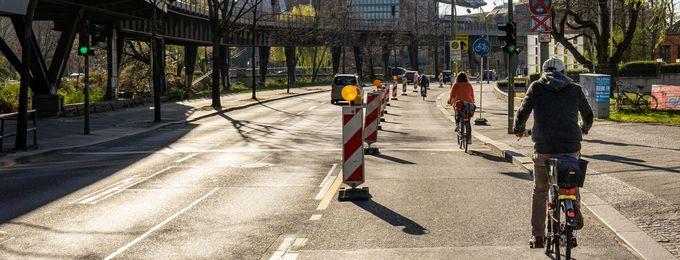 Fahrradfahrer auf einem temporären Radfahrstreifen.