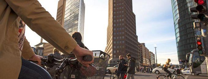 Radfahrerin hält an Ampel Potsdamer Platz