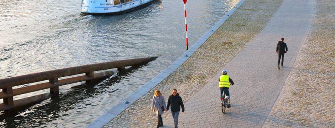 Radfahrer und Fußgaenger in der Nähe des Hauptbahnhofs Berlin