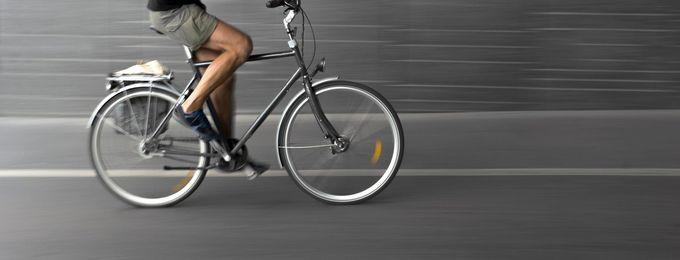 Radfahrer auf asphaltierter Straße