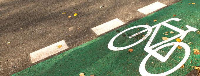 Grüner Radweg mit weißem Fahrradsymbol