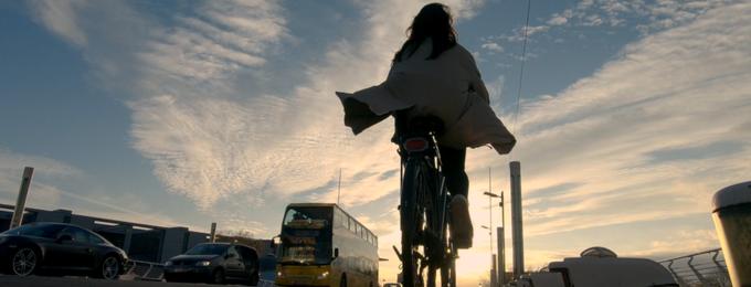 Radfahrerin im Abendlicht Berlin