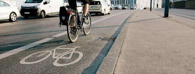 Radfahrer auf Radweg in Berlin