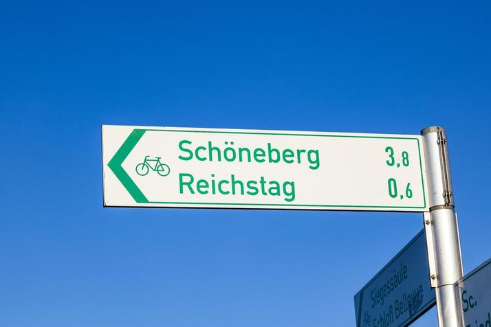 Radwegweiser Berlin vor blauem Himmel