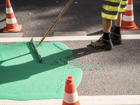 Auftrag grüner Farbe auf Straße