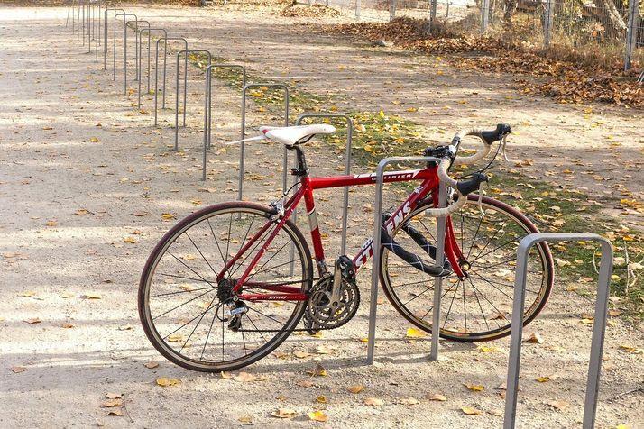Rennrad an Fahrradbügel angeschlossen